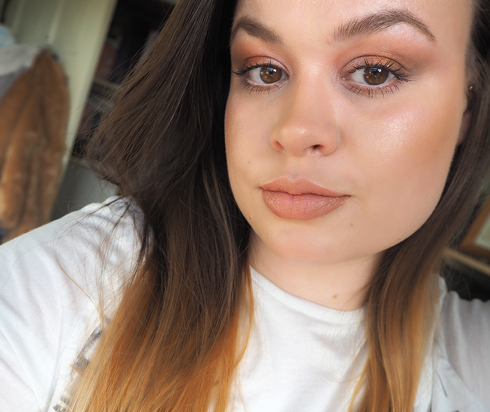 Glowy makeup look image