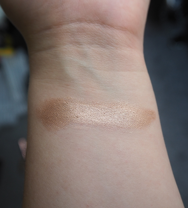 Charlotte Tilbury Eyes to Mesmerise in Champagne swatch